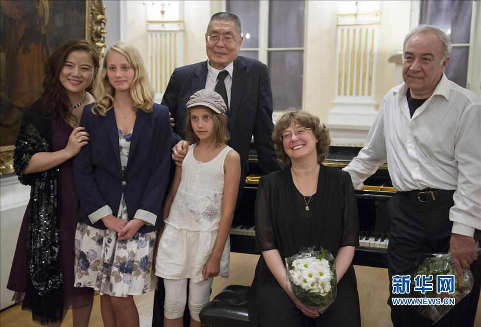8月13日晚,在克罗地亚首都萨格勒布,中国钢琴大师刘诗昆(中)在演奏后与其他钢琴家和观众合影。