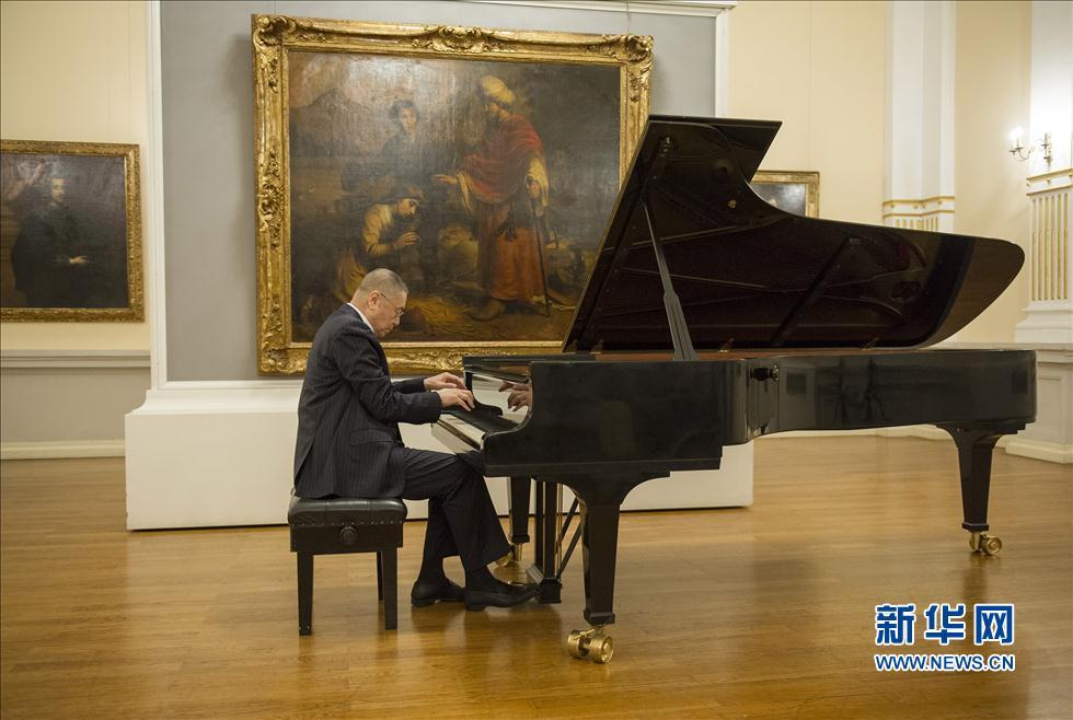 """8月13日晚,在克罗地亚首都萨格勒布,中国钢琴大师刘诗昆在""""卡尔洛瓦茨国际钢琴节""""上演奏。"""